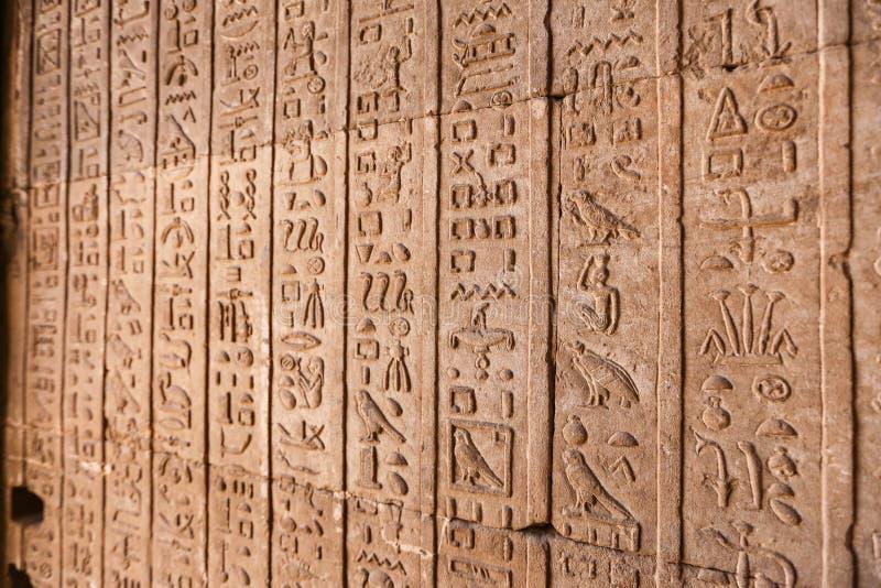 Hiéroglyphes dans le temple de Denderah, Qena, Egypte images stock