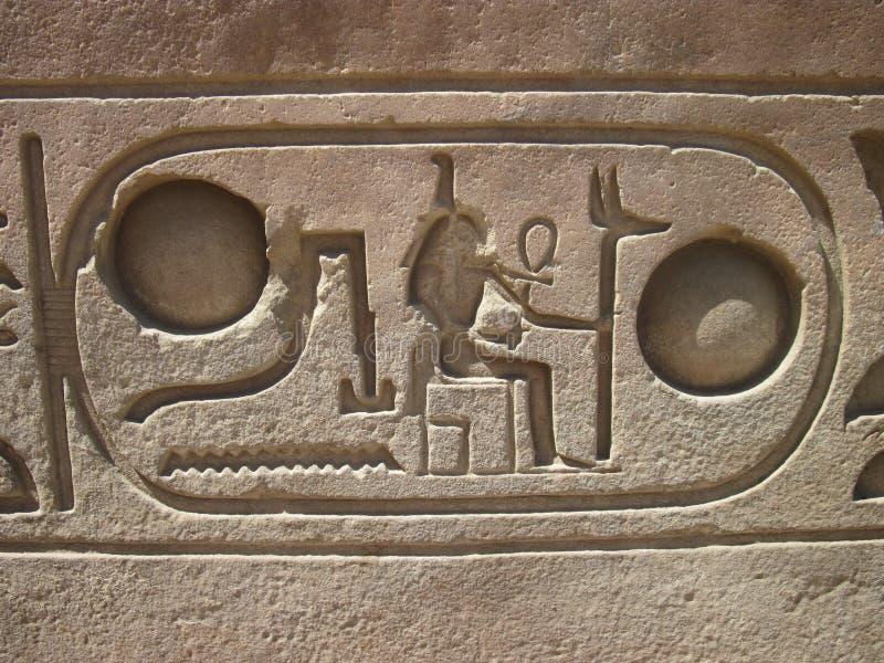 Hiéroglyphes dans le temple de Luxor, Egypte photos stock