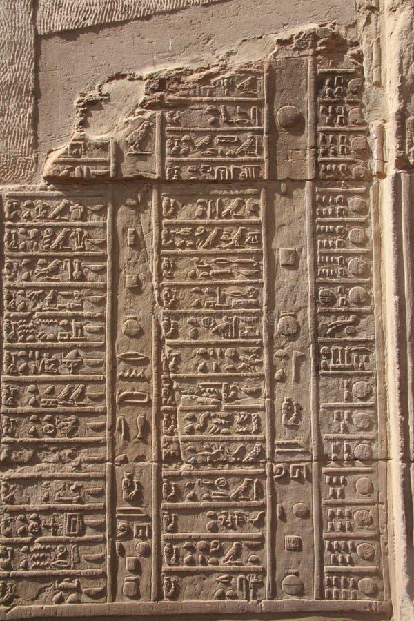 Hiéroglyphes de l'Egypte Kom Ombo sur le mur vertical photo stock