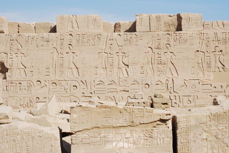 Hiéroglyphes, temple de Karnak, Luxor, Egypte photos libres de droits