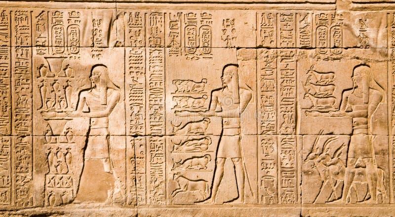 Hiërogliefen in de tempel van Kom Ombo stock foto
