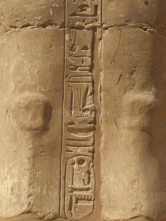 Hiërogliefen op Standbeeld in tempel Karnak royalty-vrije stock afbeeldingen