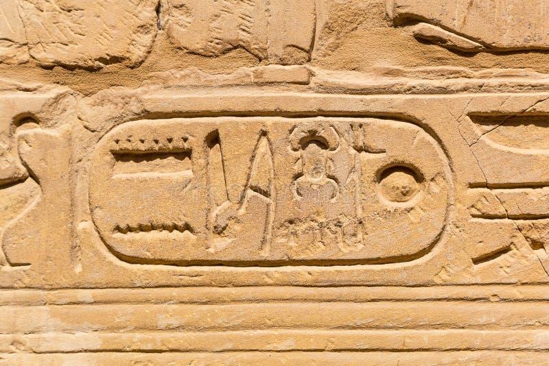 Hiëroglyfisch van faraobeschaving in Karnak stock foto