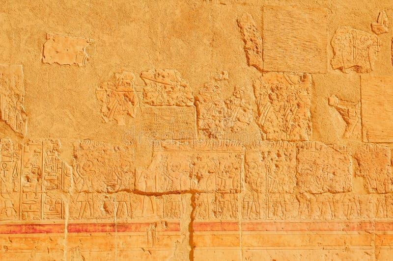 Hiëroglyfische gravures op de buitenmuren stock foto's