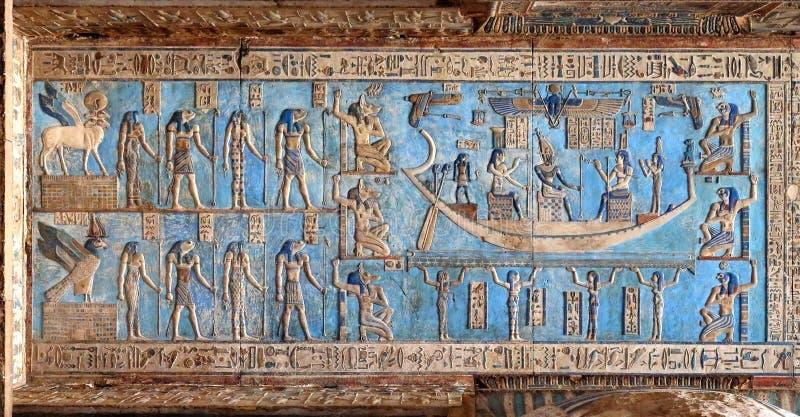 Hiëroglyfische gravures in oude Egyptische tempel stock foto's