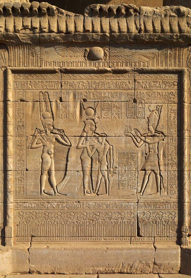 Hiëroglyfische gravures in oude Egyptische tempel stock afbeeldingen