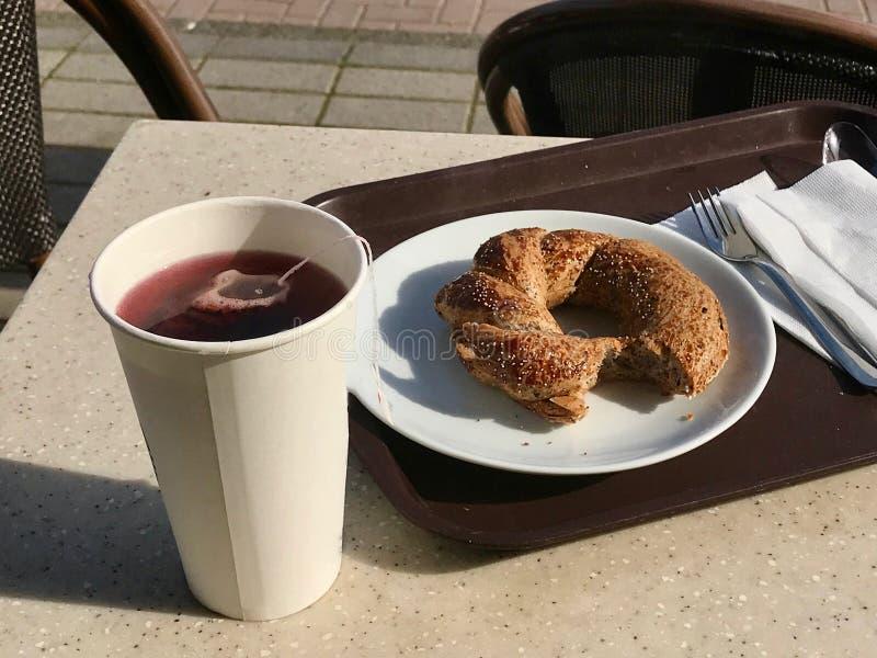 Hibiscus βοτανική τσάντα τσαγιού με Bagel που εξυπηρετείται στο κατάστημα καφέδων στοκ φωτογραφία