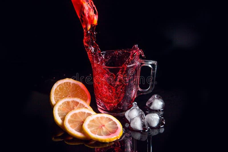 Hibiscus κρύα έκχυση τσαγιού στο γυαλί με τον πάγο, το λεμόνι και τη μέντα που απομονώνονται στο μαύρο υπόβαθρο στοκ εικόνα με δικαίωμα ελεύθερης χρήσης