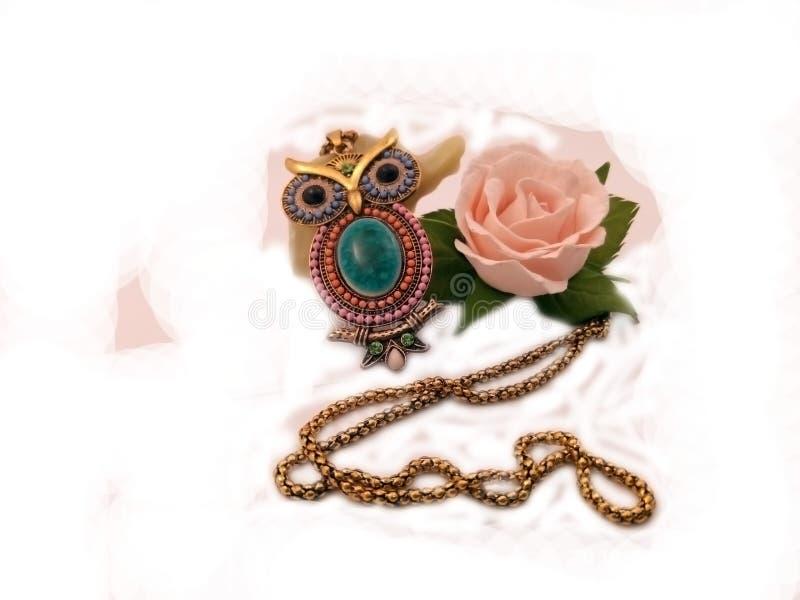 hibou de bijoux et la rose image libre de droits