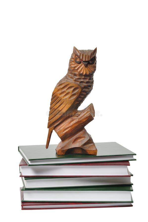 Hibou et livres en bois images libres de droits