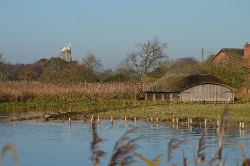 Hickling Norfolk largo cobriu com sapê estaleiros e moinho de vento foto de stock