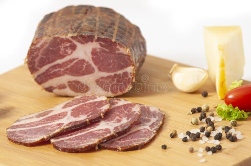 Hickory rökt grisköttskuldra som är välfylld i netto arkivbild