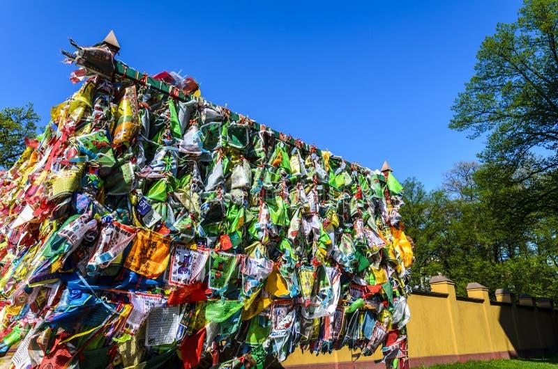 Hideki в буддийское datsan, много носовые платки связанные в религиозном месте место молитвы и поклонения стоковые изображения