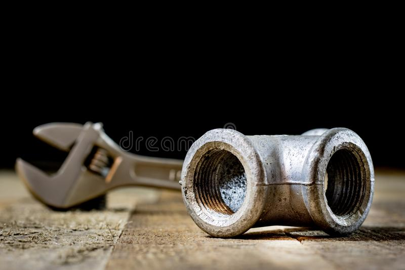 Hidráulica, ferramentas para o encanador na tabela de madeira A oficina, apresenta a fotografia de stock