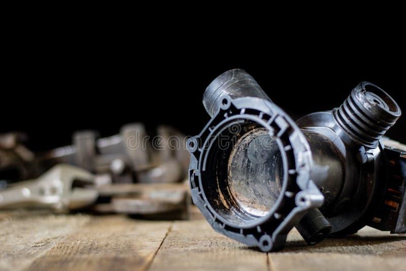 Hidráulica, ferramentas para o encanador na tabela de madeira A oficina, apresenta a fotografia de stock royalty free