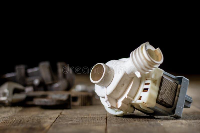 Hidráulica, ferramentas para o encanador na tabela de madeira A oficina, apresenta a imagem de stock royalty free