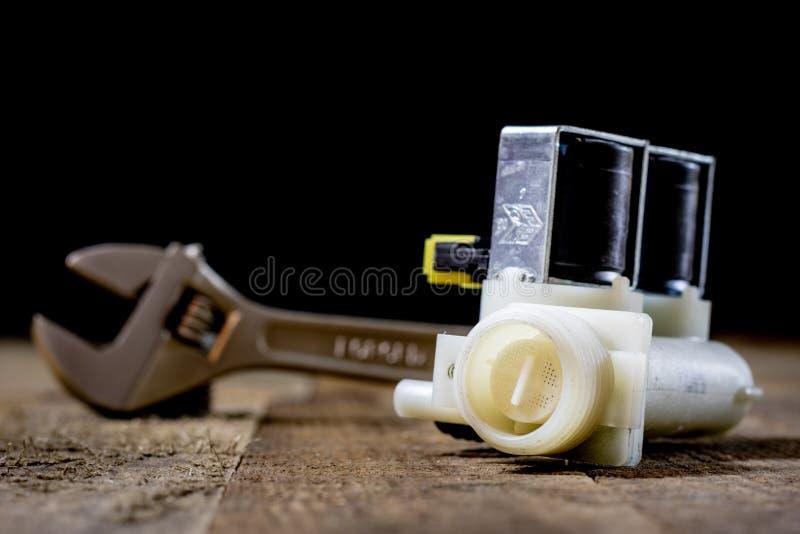 Hidráulica, herramientas para el fontanero en la tabla de madera El taller, presenta a imagen de archivo