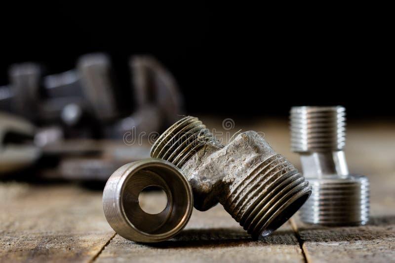 Hidráulica, herramientas para el fontanero en la tabla de madera El taller, presenta a imágenes de archivo libres de regalías