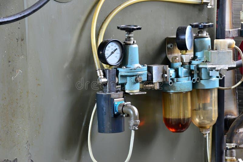 A hidráulica lubrifica a estação na máquina-instrumento no equipamento industrial Sistema de lubrificação com óleo sob a pressão foto de stock royalty free