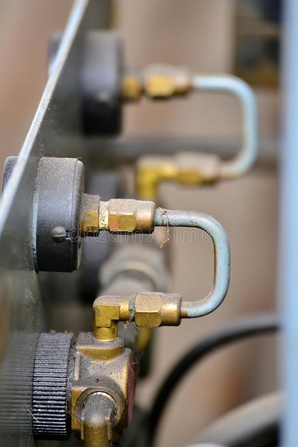 A hidráulica lubrifica a estação na máquina-instrumento no equipamento industrial Sistema de lubrificação com óleo sob a pressão foto de stock