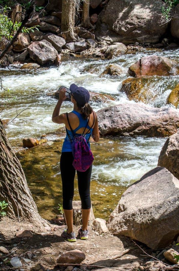 Hidratación activa del caminante de la mujer foto de archivo