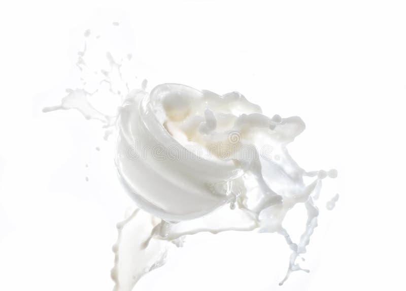 Hidratar o leite de creme, hidratando no respingo grande do leite isolado no fundo branco com leite deixa cair fotografia de stock royalty free