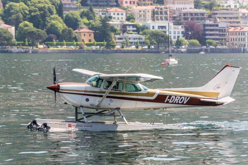 Hidroavião Cessna no lago Como, Itália imagem de stock