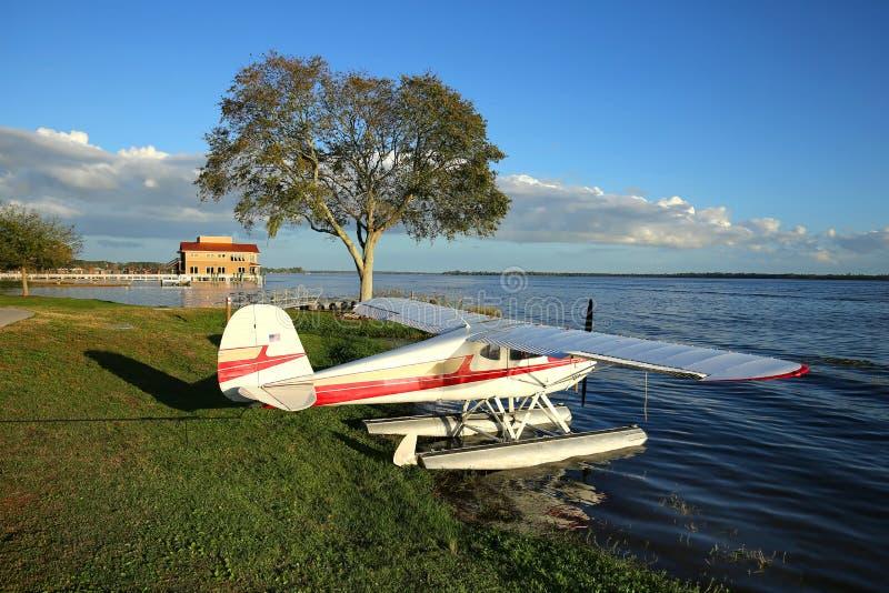 Hidroavión en el borde del ` s del agua en Tavares, la Florida imagen de archivo