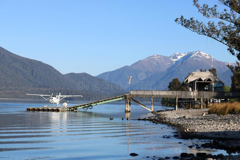 Hidroavión en el lago flotante Te Anau NZ de la etapa de aterrizaje foto de archivo libre de regalías