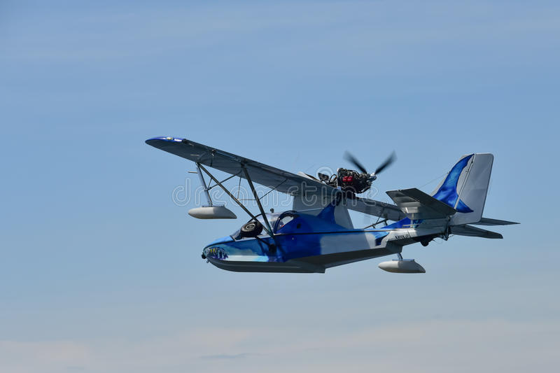 Hidroavión en vuelo imágenes de archivo libres de regalías