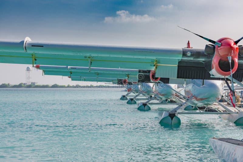 Hidroavión o hidroavión cerca del embarcadero de madera en el aeropuerto masculino, maldivo imagen de archivo libre de regalías