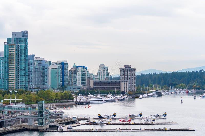 Hidroaviones y yates por la costa en Vancouver céntrica foto de archivo libre de regalías
