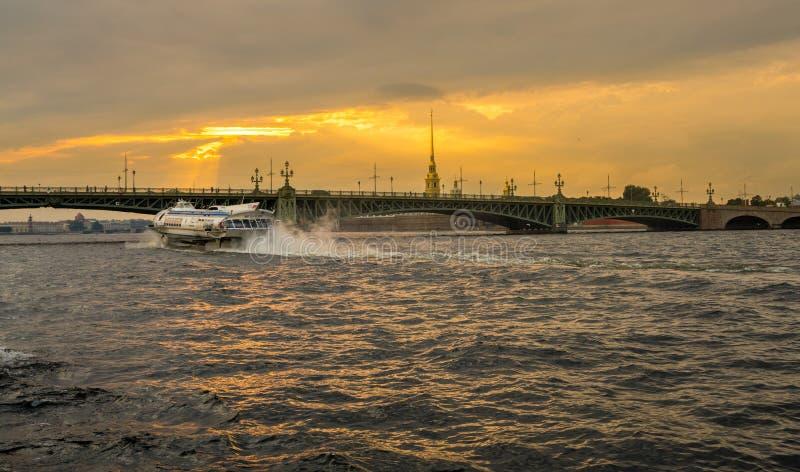 Hidrodeslizador en Neva River en St Petersburg foto de archivo libre de regalías