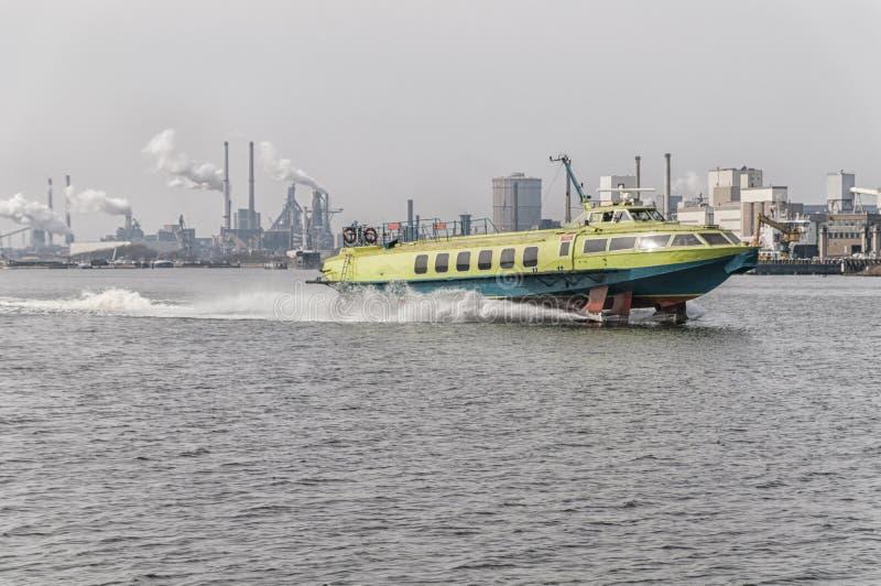 Hidrodeslizador a toda velocidad en un canal holandés fotos de archivo libres de regalías