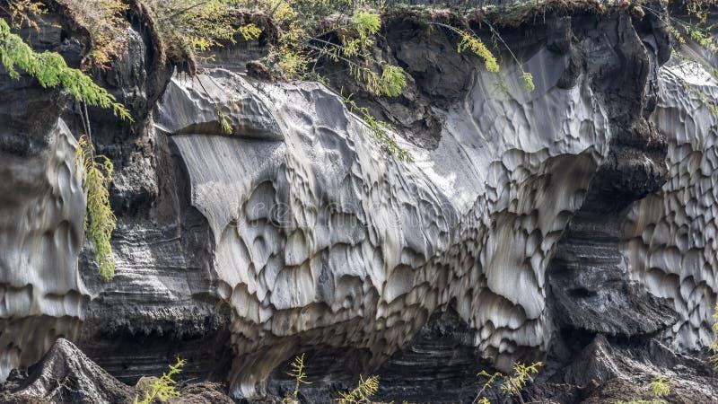 Hiele con fango en la cama del río de Kolyma imagen de archivo libre de regalías