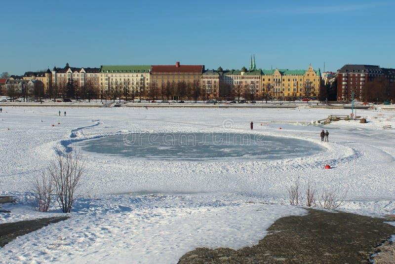 Hiele el círculo, línea de la playa del mar Báltico congelado, Helsinki fotos de archivo