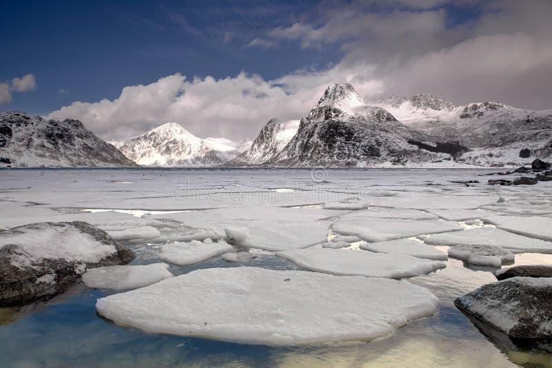 Hiele el paisaje del mundo en el archipiélago de Lofoten, Noruega en invierno fotos de archivo