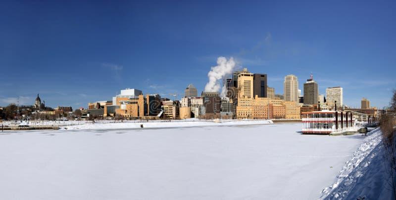 Hiele el río Misisipi cubierto con el horizonte de Saint Paul, Minnesota, los E.E.U.U. foto de archivo libre de regalías