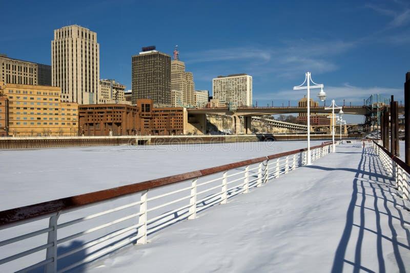 Hiele el río Misisipi cubierto con el horizonte de Saint Paul, Minnesota, los E.E.U.U. fotografía de archivo libre de regalías