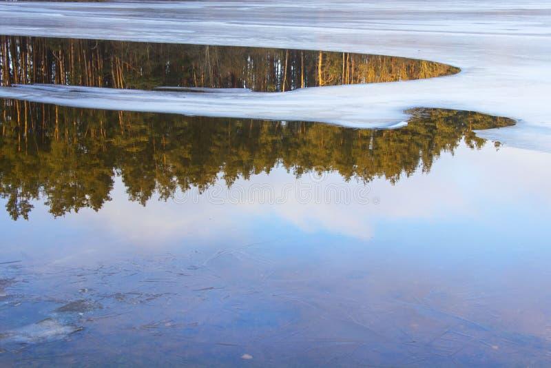 Hiele en el lago, visión desde la pista del esquí, Gorodok foto de archivo libre de regalías