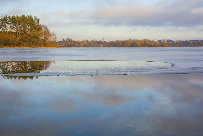 Hiele en el lago, visión desde la pista del esquí, Gorodok fotografía de archivo libre de regalías