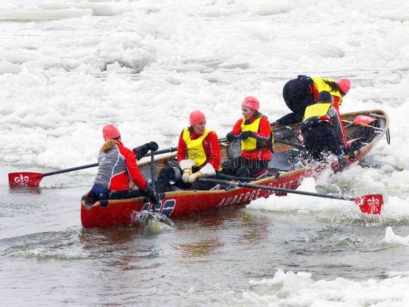 Hiele la competencia de las canoas durante el carnaval de Quebec, Canadá imágenes de archivo libres de regalías