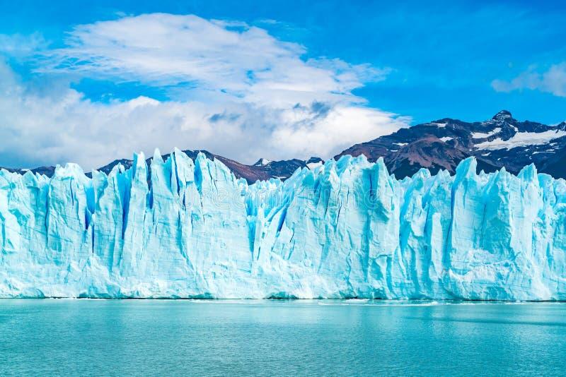 Hielo azul de Perito Moreno Glacier en el lago argentina imagenes de archivo