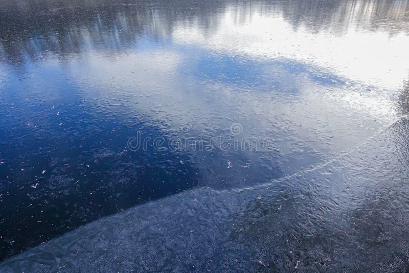 Hielo azul en la superficie de un lago del bosque La nieve todavía no ha caído Invierno temprano imagenes de archivo