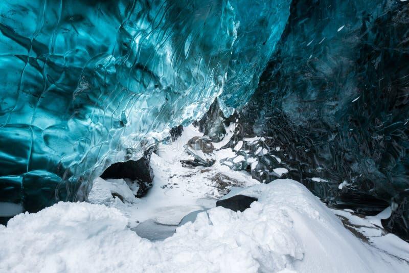 Hielo cristalino azul dentro de la cueva de hielo, glaciar de Vatnajokull, Islandia foto de archivo