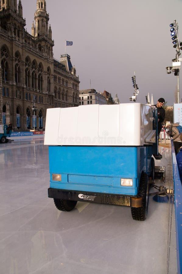 Hielo de la limpieza de Zamboni en Viena imagen de archivo libre de regalías