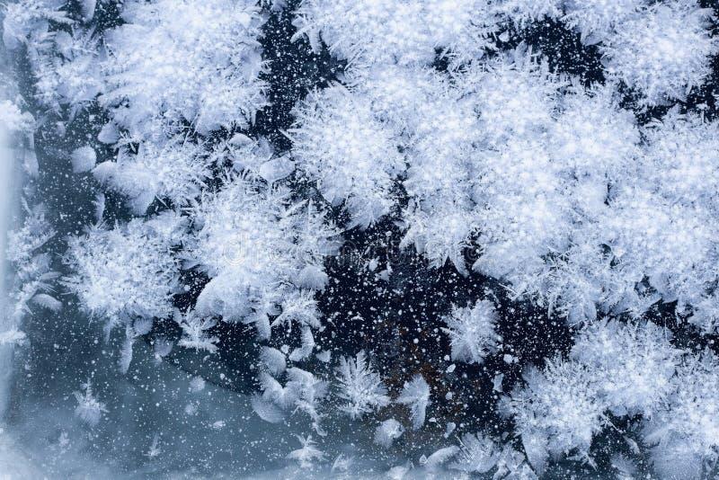 Hielo de ventana y fondo del modelo de los copos de nieve imagenes de archivo