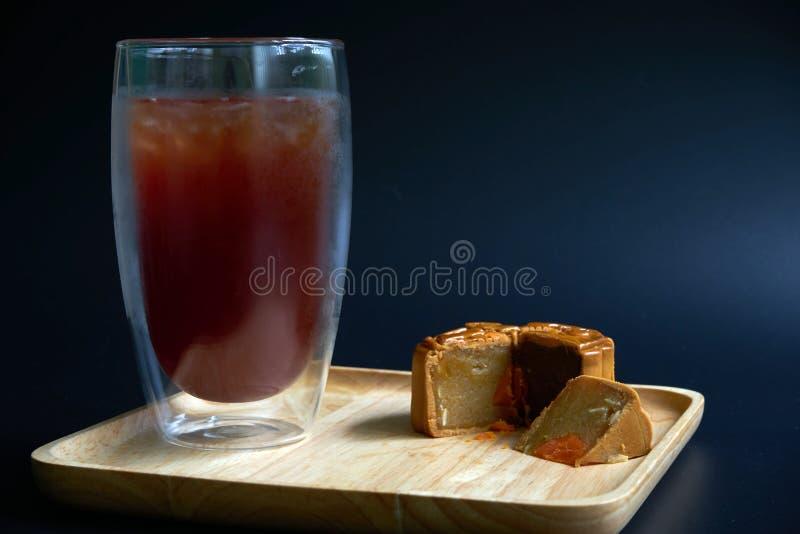 Hielo delicioso del americano con los mooncakes tradicionales en la tabla foto de archivo libre de regalías