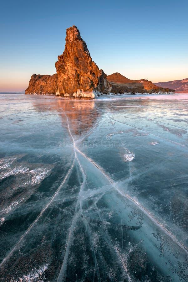 Hielo e isla famosos Oltrek del lago Baikal en la salida del sol, lago Baikal foto de archivo