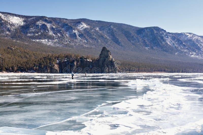 Hielo en el lago Baikal masa de hielo flotante, playa, cabo grieta, reflexión de la nieve imagen de archivo